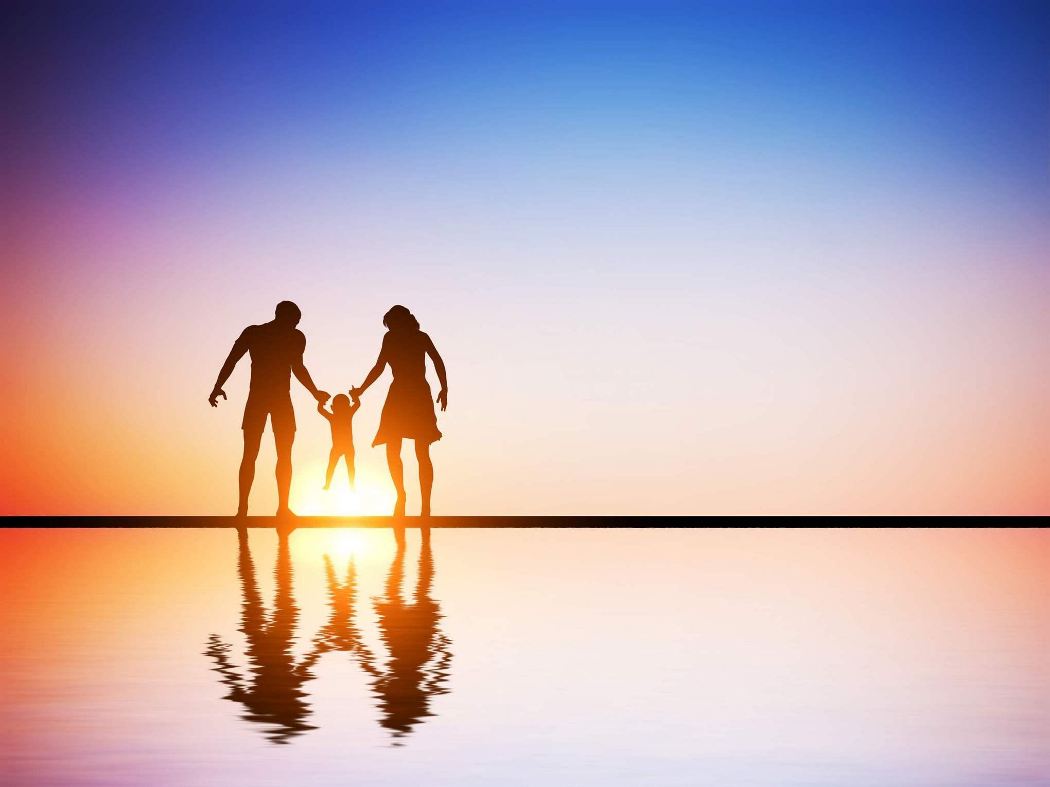 הורים עם ילד בים