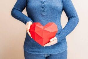 אישה בהריון מחזיקה לב